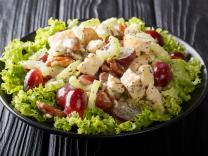 Klasična pileća salata sa grožđem i bademima