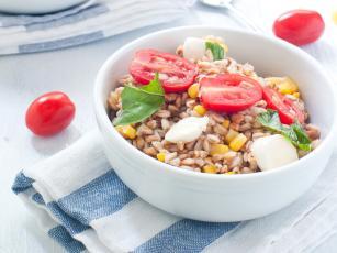Ječam salata sa paradajzom i kukuruzom