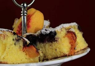 Voćni kolač sa breskvom i borovnicom